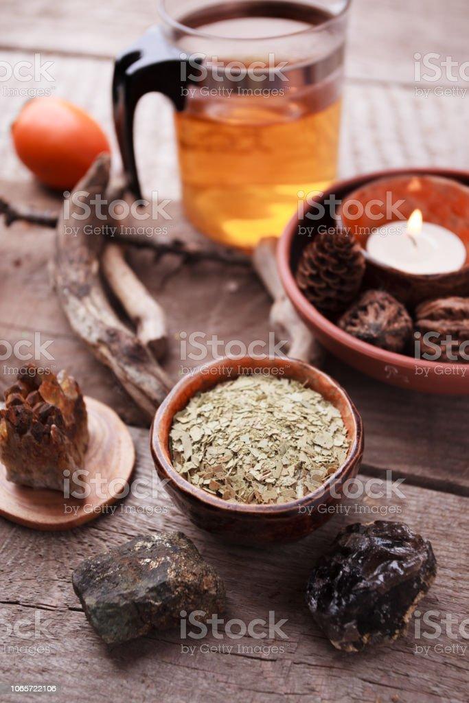Té saludable, hierbas secas, plantas y piedras en la mesa de madera. Medicina homeopatía y hierbas. - foto de stock