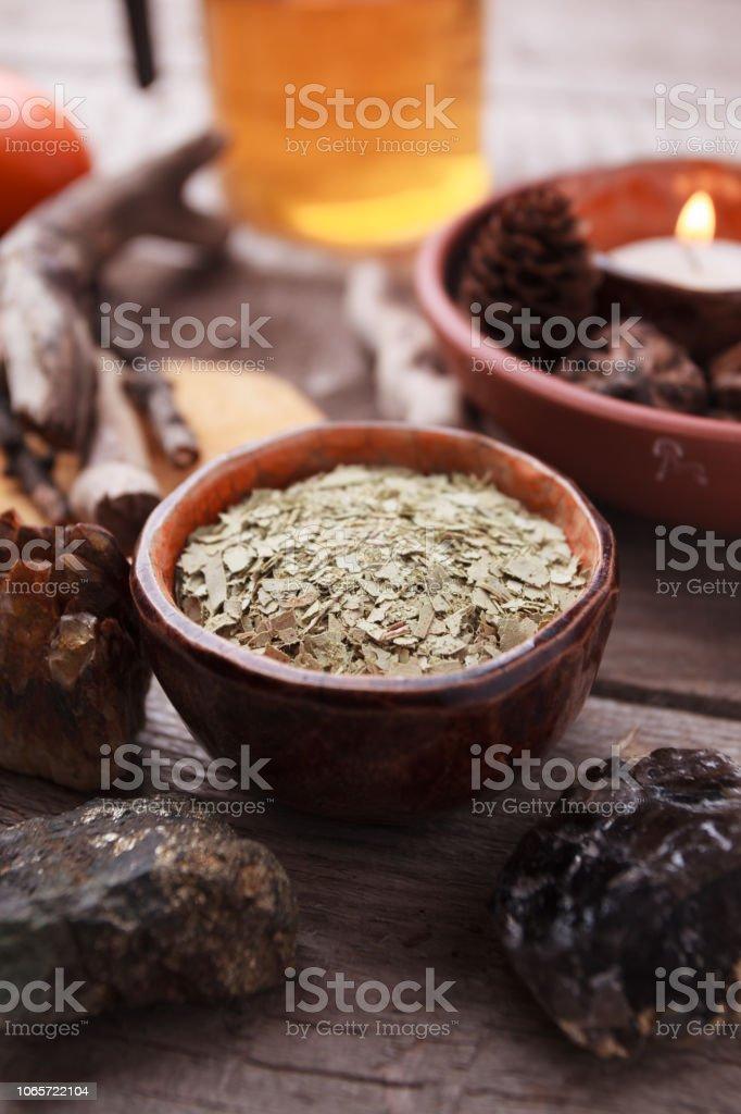 Té sano, hierbas secas, plantas, velas y piedras en mesa de madera. Medicina alternativa, homeopatía y hierbas. - foto de stock