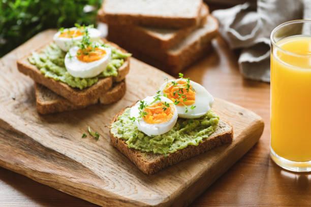 gesunder toast mit avocado, ei, mikrogrün - wachtelei stock-fotos und bilder
