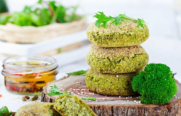 healthy vegan burger with broccoli, spinach patty - gemüselaibchen stock-fotos und bilder