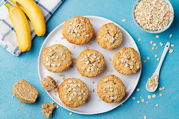 gesunde kost hafer muffins, apfel und banane kuchen - hafer cookies stock-fotos und bilder