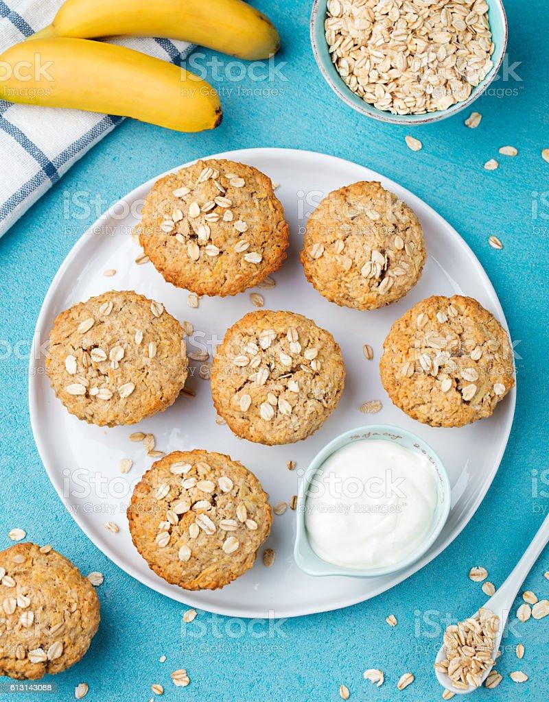 Saudável vegan de aveia muffins, maçã e bolo de banana - foto de acervo