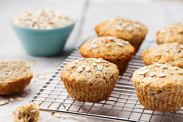 sana vegano avena muffin, mela e banana torte su graticola - muffin foto e immagini stock
