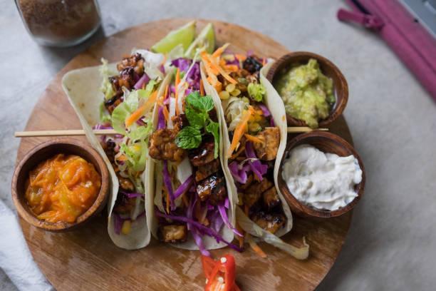 Vegan sain salade tortillas souples au tofu et légumes pour le dîner. - Photo