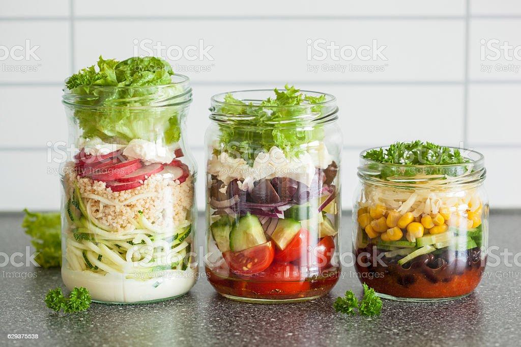 Salade de légumes dans des bocaux - Photo