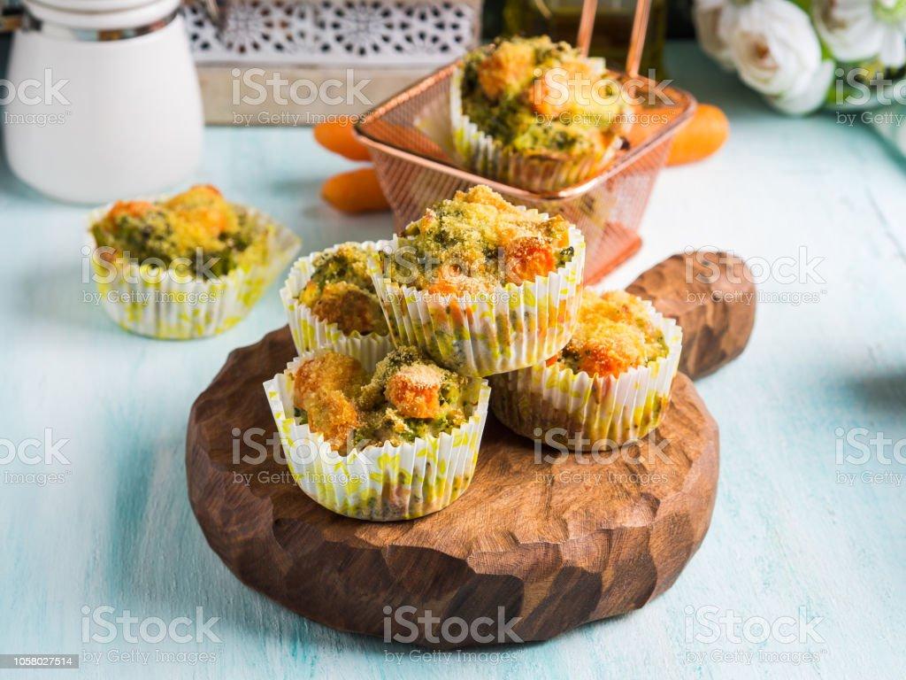 Beignet De Brocolis Au Four photo libre de droit de muffins légumes sains avec brocoli