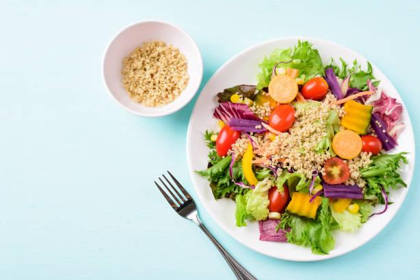 Gesunder Gemüsesalat mit Quinoasamen – Foto