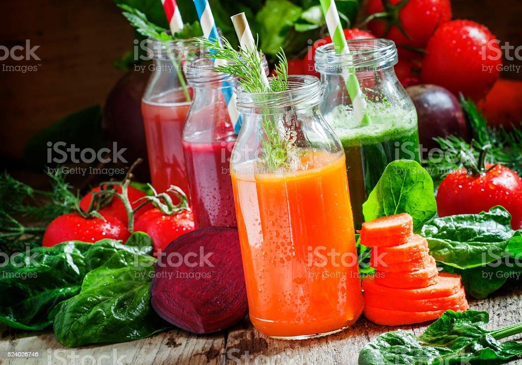 Équilibré, smoothies les bouteilles en verre avec légumes frits croustillants - Photo