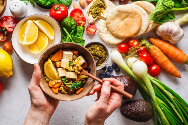 fondo alimenticio vegetariano saludable. verduras, pesto y lentl de curry con tofu. - vegana fotografías e imágenes de stock