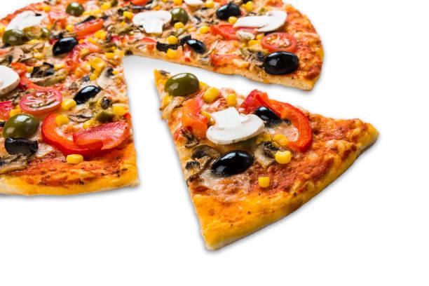 gesunde vegetarische pizza mit pilzen isoliert - low carb pizzateig stock-fotos und bilder