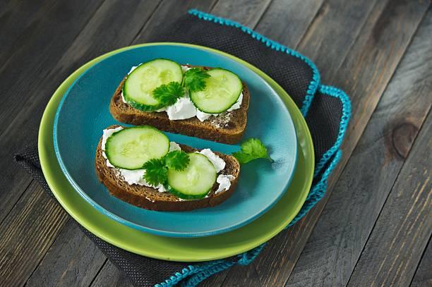 saludable sándwich vegetarianas - pan multicereales fotografías e imágenes de stock
