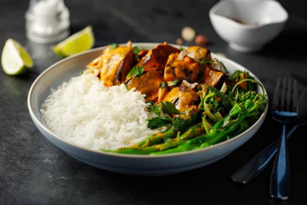 ご飯とヘルシーなベジタリアン タイの赤いカレー - カレー ストックフォトと画像