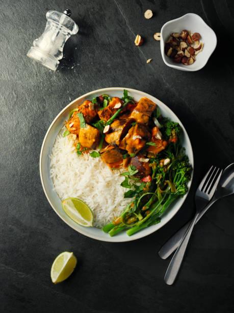 gesunde vegetarische thai rotem curry mit reis - curry reis stock-fotos und bilder