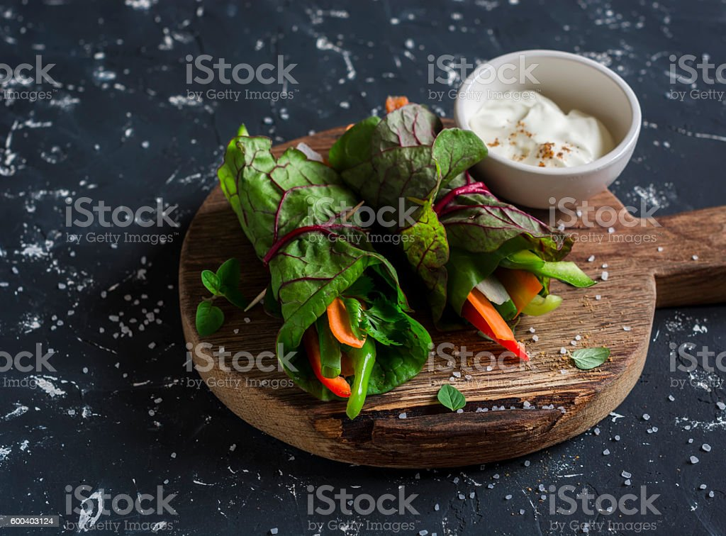 Healthy vegetarian vegetables rolls and yoghurt sauce - foto de stock