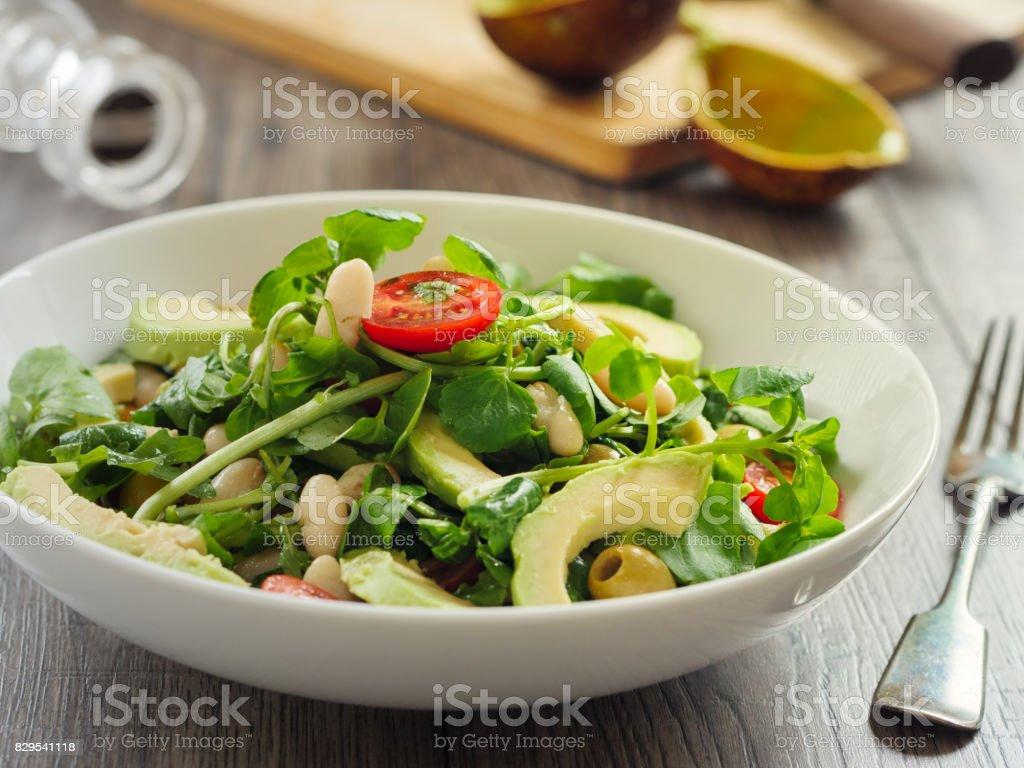 Alubias blancas sanas, ensalada de aguacate y tomates cherry - foto de stock