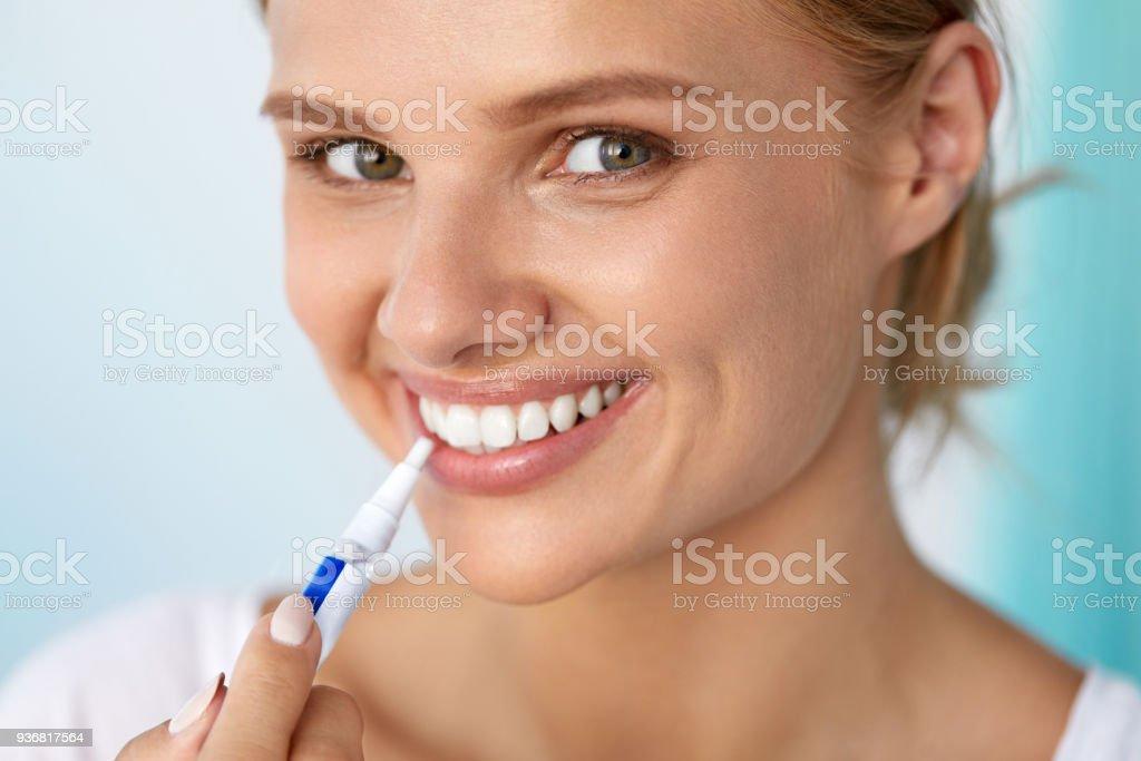 7d0d36066 Foto de Dentes Brancos E Saudáveis Bela Mulher Sorridente Usando ...