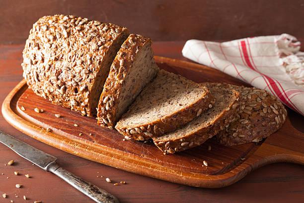saludable plan integral con semillas y de zanahoria - pan multicereales fotografías e imágenes de stock