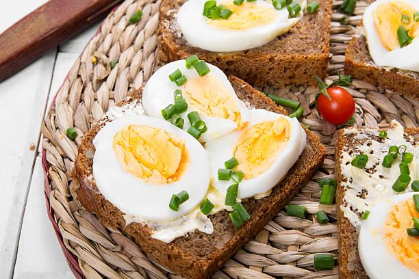 trigo integral saludables, sándwiches con huevos y chives - pan multicereales fotografías e imágenes de stock