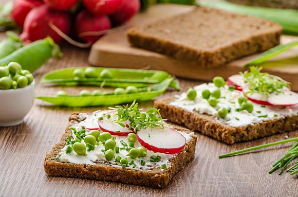 saludable wholemeal pan con hierbas - pan multicereales fotografías e imágenes de stock