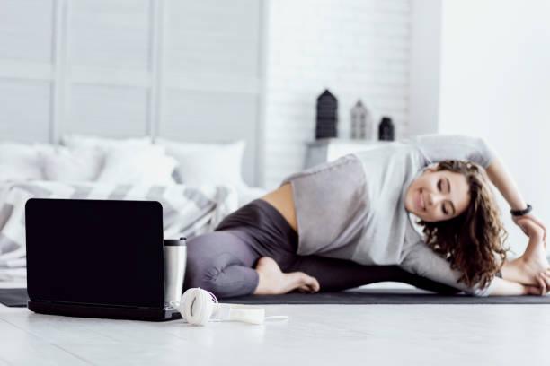 gezonde vrouw doet yoga workout thuis - vrouw hobby stockfoto's en -beelden