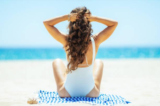 gesunde Frau am Meer Ufer Standortwahl auf gestreiften Handtuch – Foto
