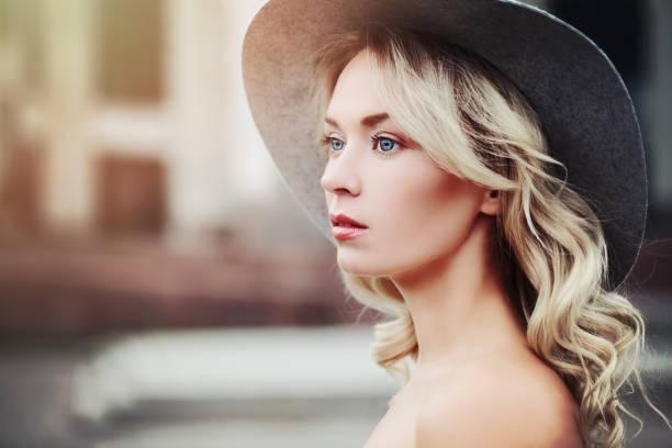 gesunde frau im freien. beauty portrait - haare ohne lockenstab wellen stock-fotos und bilder