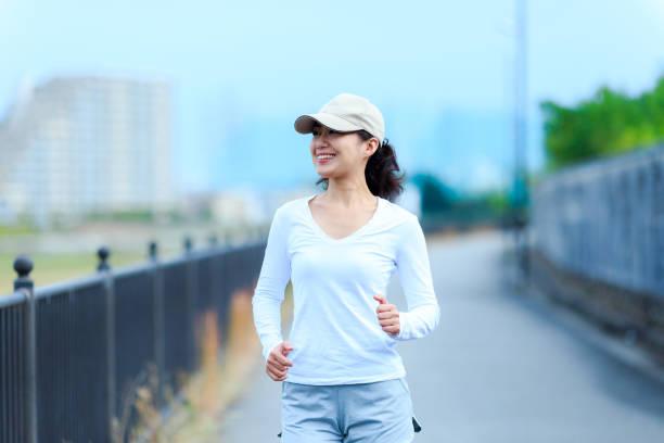 野外を歩いている健康な女性 - sports ストックフォトと画像