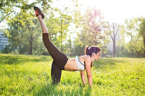 Healthy young sportswoman doing the exercises outdoors. - foto de stock