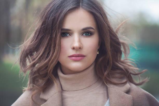 gesunde junge frau fotomodell im freien, fashion portrait - haare ohne lockenstab wellen stock-fotos und bilder