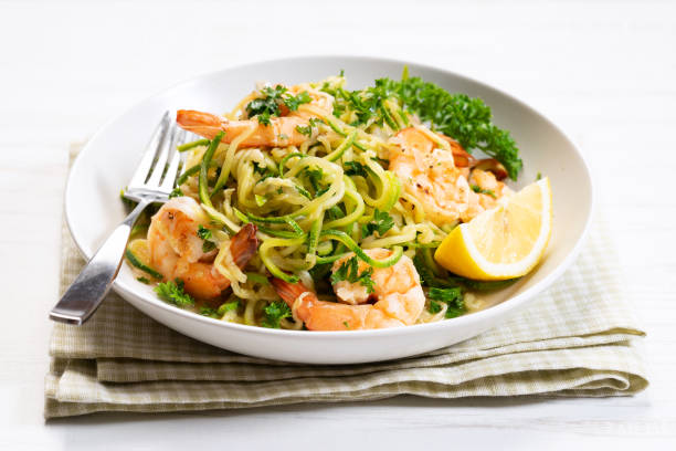 gesunde Zucchini-Nudeln mit Garnelen – Foto