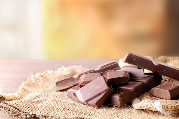 Pila de chocolate artesanal porciones de arpillera Vista de frente - foto de stock