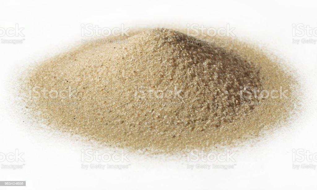 Tas de sable sur blanc - Photo de Beige libre de droits