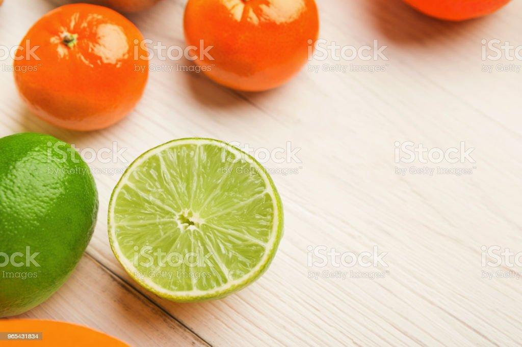 citruses 堆在白色木頭上, 複製空間 - 免版稅健康的生活方式圖庫照片