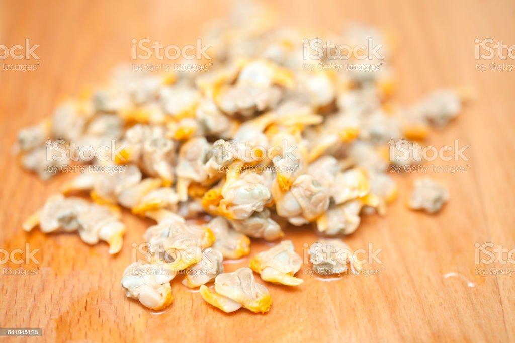 Montón de conchas que aparecen en la tabla de cortar madera. - foto de stock