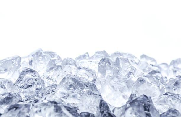 흰색 바탕에 깔린된 얼음의 힙 - 얼음 조각 뉴스 사진 이미지