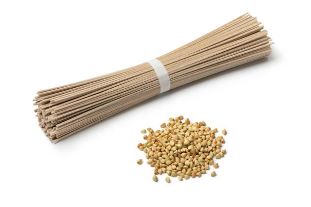 hoop van gedroogde boekweit zaden en boekweitnoedels - sobanoedels stockfoto's en -beelden