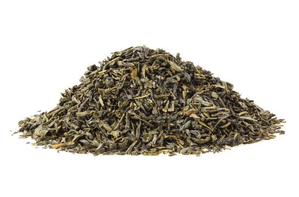 haufen trockenen grünem tee, isoliert auf weißem hintergrund - grüner tee koffein stock-fotos und bilder