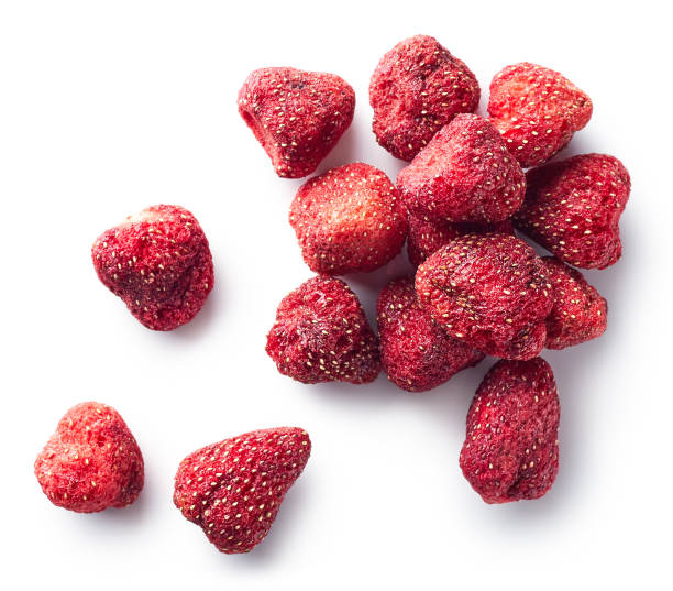 hoop van gevriesdroogde aardbeien - gedroogd voedsel stockfoto's en -beelden