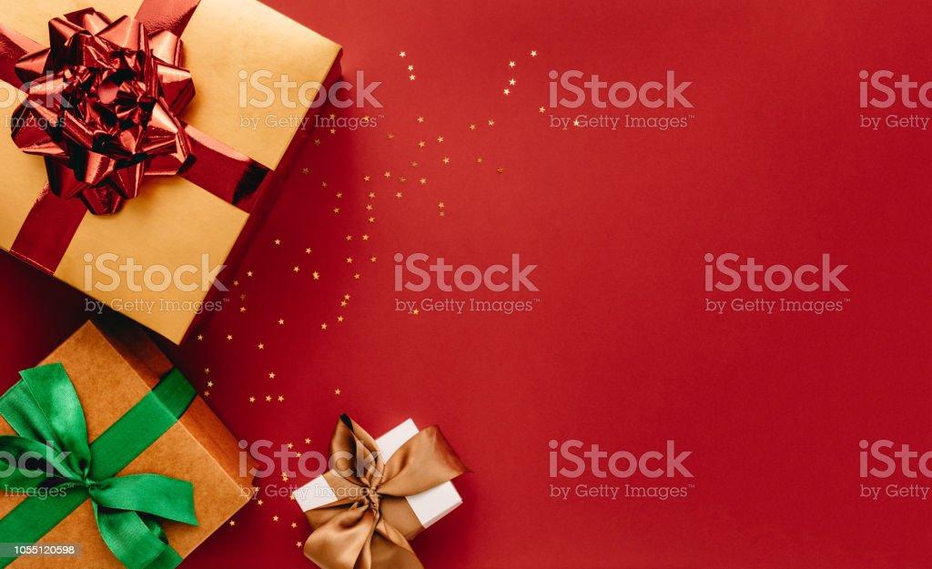 Haufen von Geschenk-Boxen und Sternen Konfetti mit textfreiraum – Foto