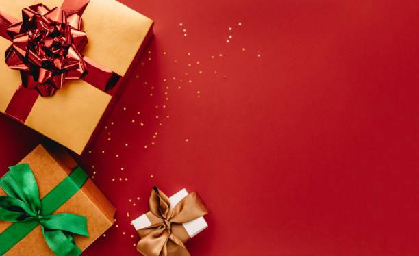 hoop geschenk dozen en sterren confetti met kopie ruimte - christmas stockfoto's en -beelden