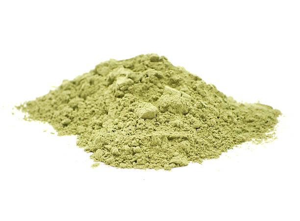 pila de verde en polvo - algas fondo blanco fotografías e imágenes de stock