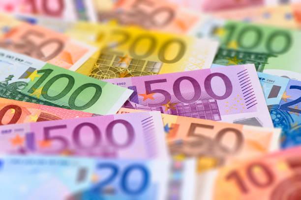 Haufen vieler Euro-Währungs-Banknoten – Foto