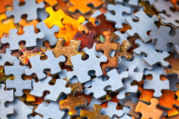 haufen puzzleteile. voller rahmen. - puzzleteil stock-fotos und bilder
