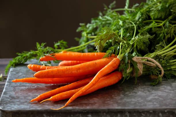 montón de zanahorias maduras. - vitamina a fotografías e imágenes de stock