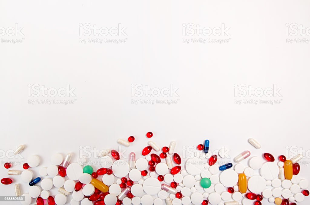 Heap of tablets and pills on white background. Copy space. - foto de stock
