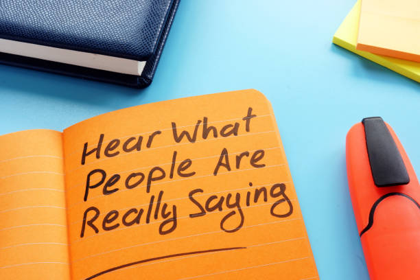 hör vad folk verkligen säger tecken. aktivt lyssnings teknikkoncept. - lyssna bildbanksfoton och bilder