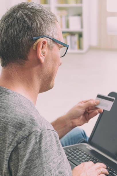 gehör beeinträchtigt mann e-commerce-konzept - brille bestellen stock-fotos und bilder