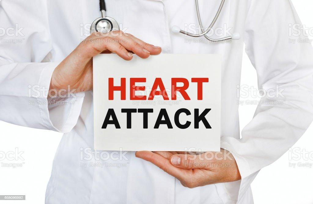 Ataque cardíaco tarjeta en manos del médico - foto de stock