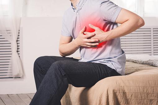 Herzinfarkt Mann Mit Brustschmerzen Leiden Zu Hause Stockfoto und mehr Bilder von Bluthochdruck