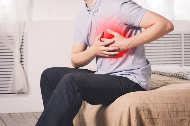 herzinfarkt, mann mit brustschmerzen leiden zu hause - herz lungen training stock-fotos und bilder